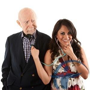 пожилой мужчина с молодой женой
