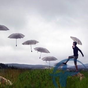 перестрахование - человек идет по зонтам