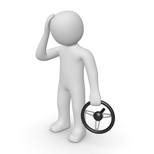 человек держащий в руках рулевое колесо