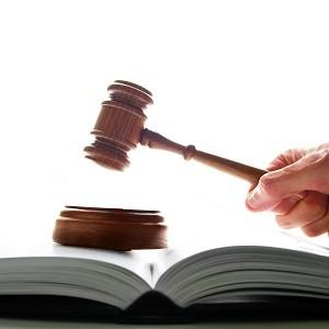 молоток суда и книга