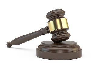 символ судебного решения молоток суда на белом фоне