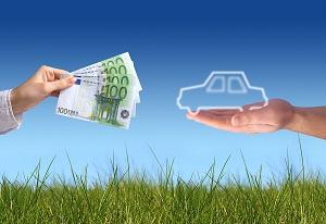 машина и купюры в ладонях