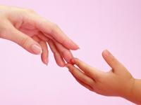 рука ребенка и матери