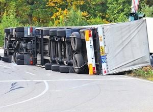 авария-фура лежащая на боку