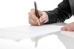 рука подписывающая документ