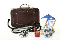 страхование туристов-чемодан, стетоском, шезлонг