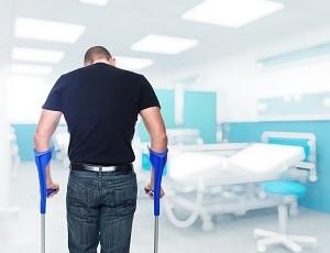 мужчина в больнице на костылях