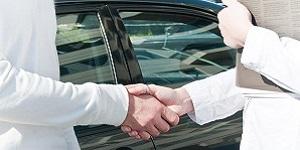 рукопожатие на фоне машины