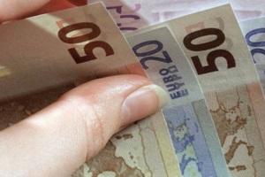 евро в руке